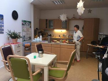 Aufenthaltsraum mit offener Küche in unserer Tagespflege